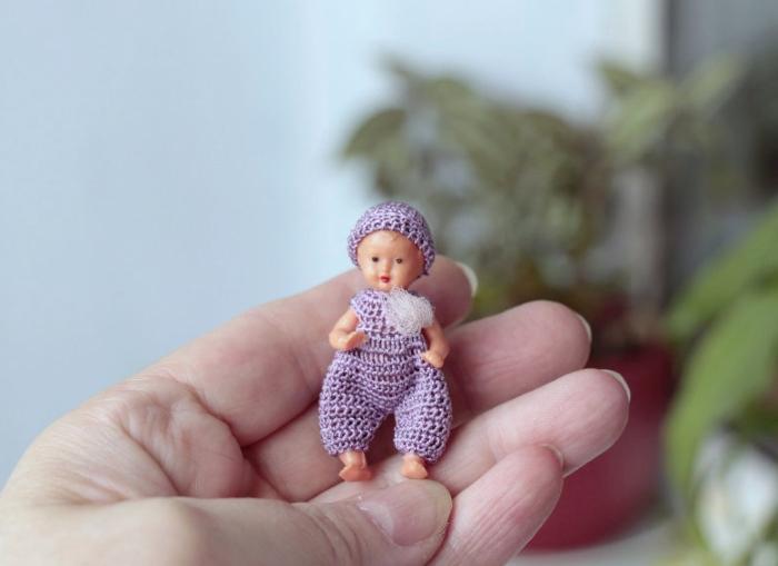 Вязаный комбинезончик для маленькой куклы. Автор: Ольга Урывская