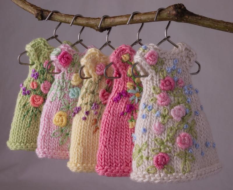 Вязаная одежда с вышивкой для кукол