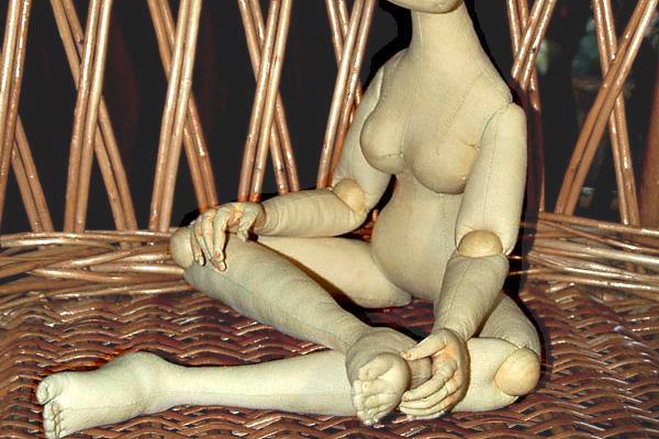Шарнирное крепление через бусину для текстильной куклы