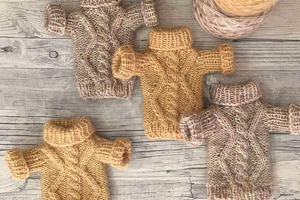 Вязаный свитер для куклы